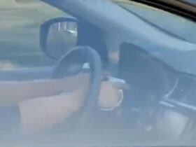 曝光!常熟交警對雙手插方向盤看手機的駕駛人開罰單!