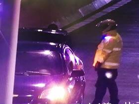早晚高峰高架上两车抛锚!驾驶人竟坐在车里等危险?