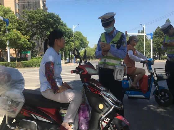 常熟交警严查电动自行车交通违法!
